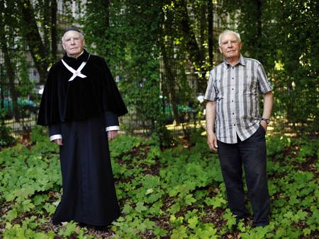 Eugen Dittrich als Schlingensiefs Oberpriester und privat. Foto: Jan Zappner