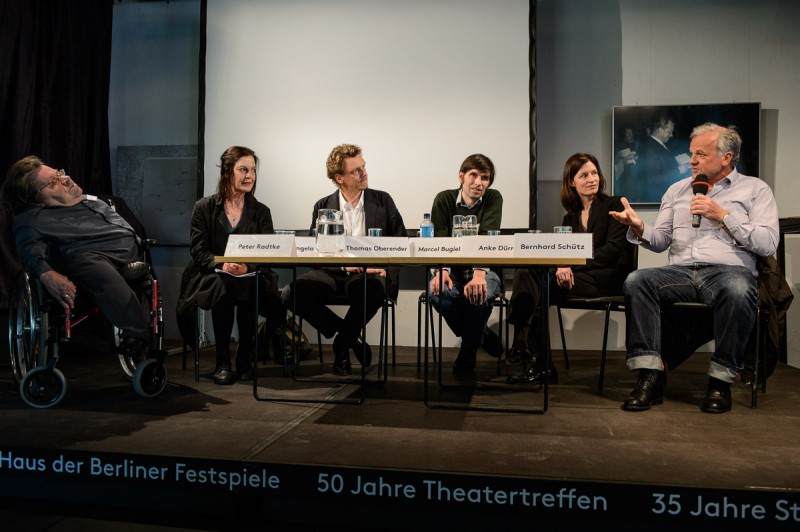 Autor, Regisseur und Schauspieler Dr. Peter Radtke, Schauspielerin Angela Winkler, Festspiel-Intendant Dr. Thomas Oberender, Dramaturg Marcel Bugiel, TT-Jurorin Anke Dürr und Schauspieler Bernhard Schütz diskutierten auf der Bühne.