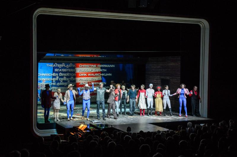 """Abspann, Rockmusik und Applaus: Das Ensemble des Schauspiel Zürich ( """"Die Heilige Johanna der Schlachthöfe"""") verbeugt sich zum Lied """"Haifisch"""" der Band Rammstein. Foto: Piero Chiussi"""
