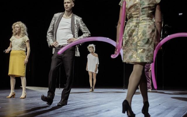"""Szene aus """"Orpheus steigt herab"""" in der Regie von Sebastian Nübling, mit Cigdem Teke, Risto Kübar, Sylvana Krappatsch, Annette Paulmann (v.l.n.r.). Foto: Julian Röder © Julian Röder"""