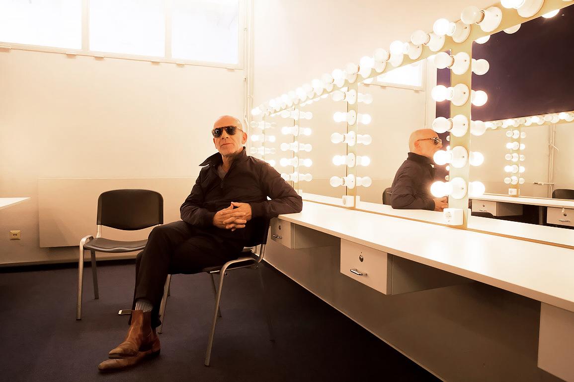 Der Schauspieler Martin Wuttke in der Garderobe im Haus der Berliner Festspiele. Foto (c) Judith Buss
