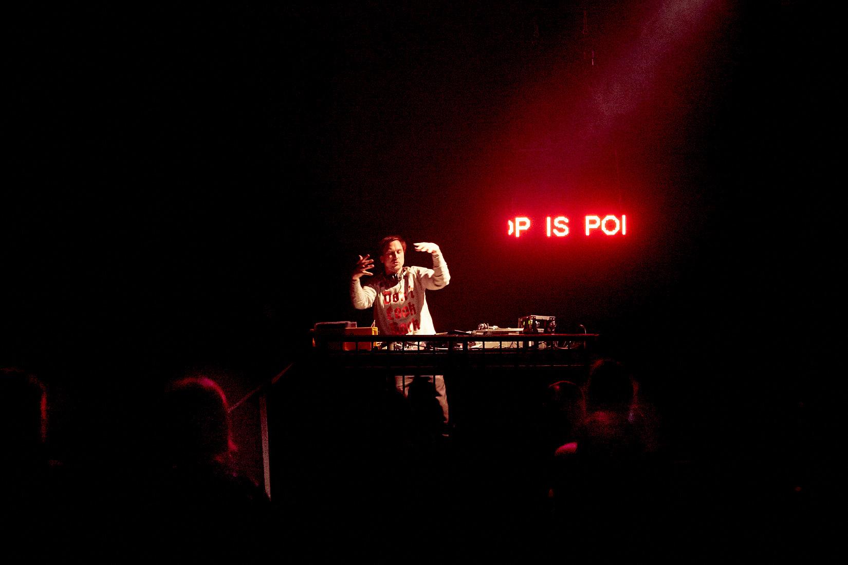 Lars Eidinger als DJ auf der Bühne im Haus der Berliner Festspiele. Foto (c) Judith Buss