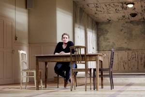 """Anna Sophie Mahler im Bühnenbild von """"Mittelreich"""". Foto © Judith Buss"""