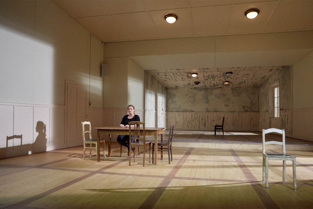 """Porträt Anna-Sophie Mahler im Bühnenbild von """"Mittelreich""""; Bühne: Duri Bischoff; Foto © Judith Buss"""