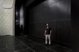 """Der Schauspieler Yousef Sweid (""""The Situation"""") auf der Bühne im Maxim Gorki Theater. Foto (c) Judith Buss"""
