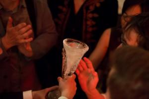 """Der Eispokal macht die Runde auf der Premierenfeier zu """"der die mann"""". Foto (c) Judith Buss"""