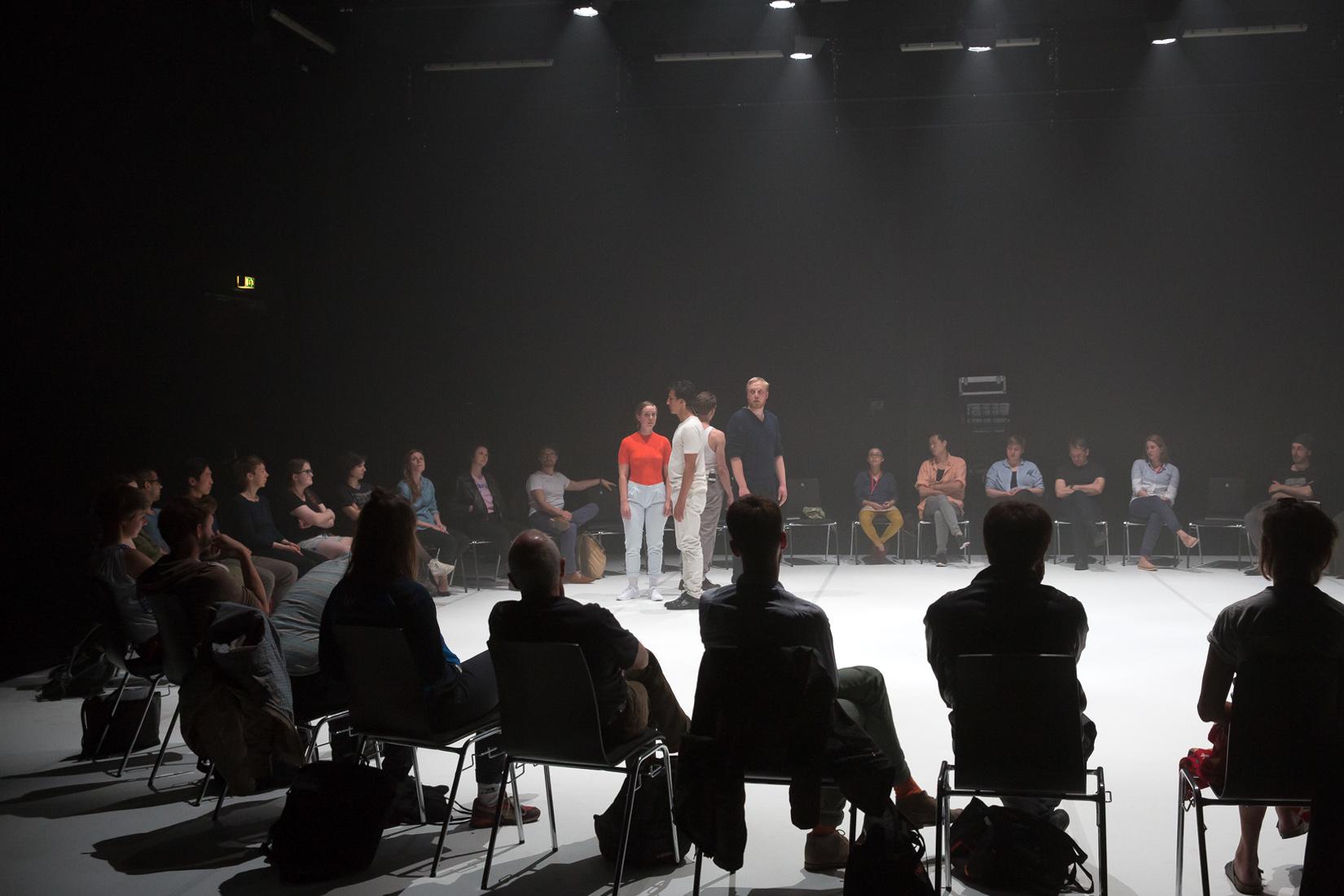 """""""TRANS-"""", Performance beim Stückemarkt. Foto (c) Judith Buss"""