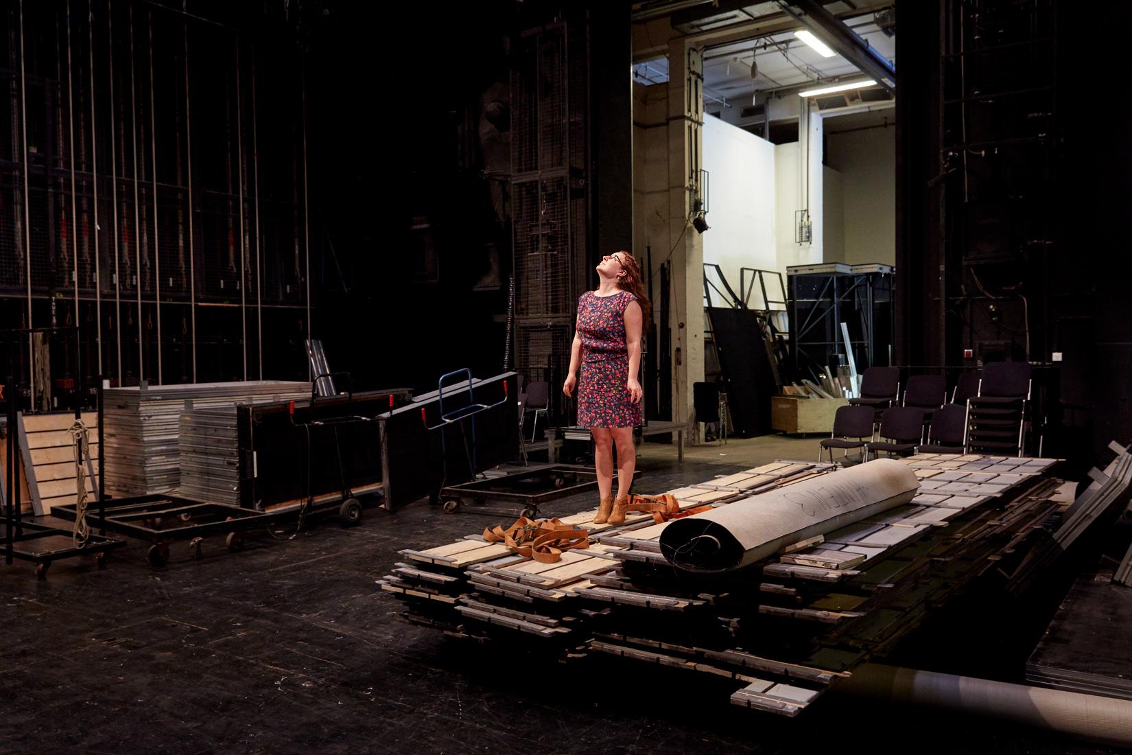 """Portrait Daniela Löffner im abgebauten Bühnenbild von """"Väter und Söhne"""" © Judith Buss"""