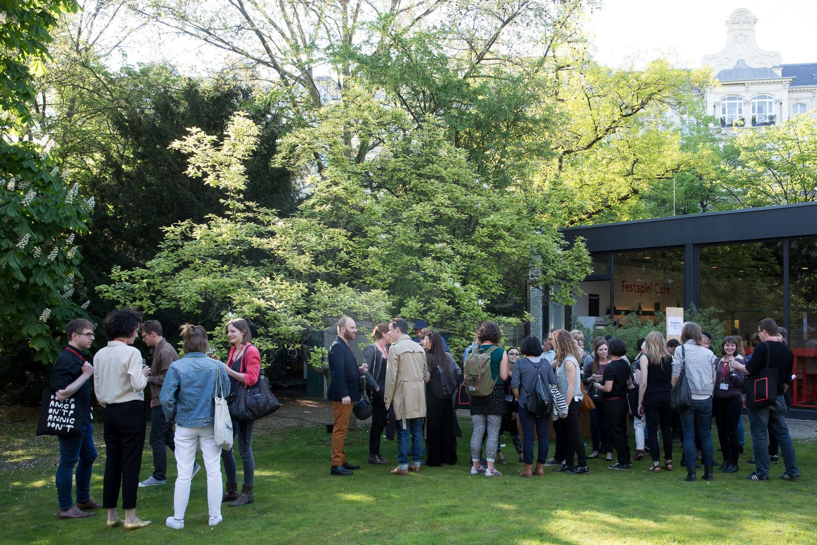 Vor der Vorstellung im Festivalgarten; © Judith Buss