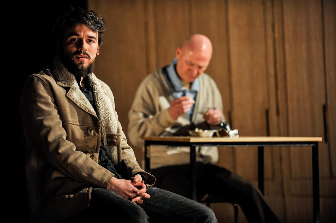 """Alexander Khuon (l.) und Bernd Stempel. Hier in der Inszenierung """"In Zeiten des abnehmenden Lichts"""" am DT Berlin. Foto (c) Arno Declair"""