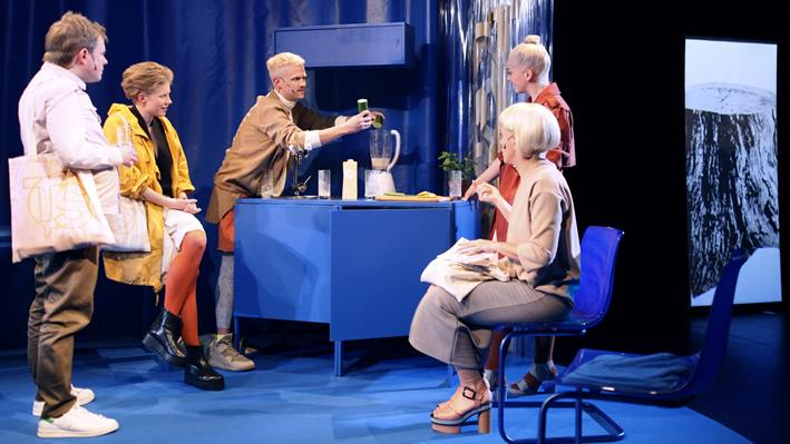"Smoothieabhängig und selbstoptimierend: Emsemble ""Talking Straight Entertainment"". Foto © Ute Langkafel"