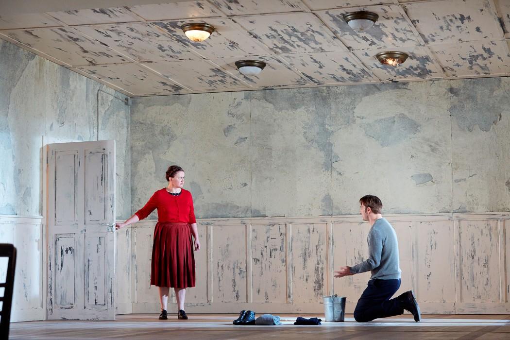 """v.l.: Annette Paulmann, Steven Scharf in """"Mittelreich"""", Regie: Anna-Sophie Mahler. Foto © Judith Buss"""